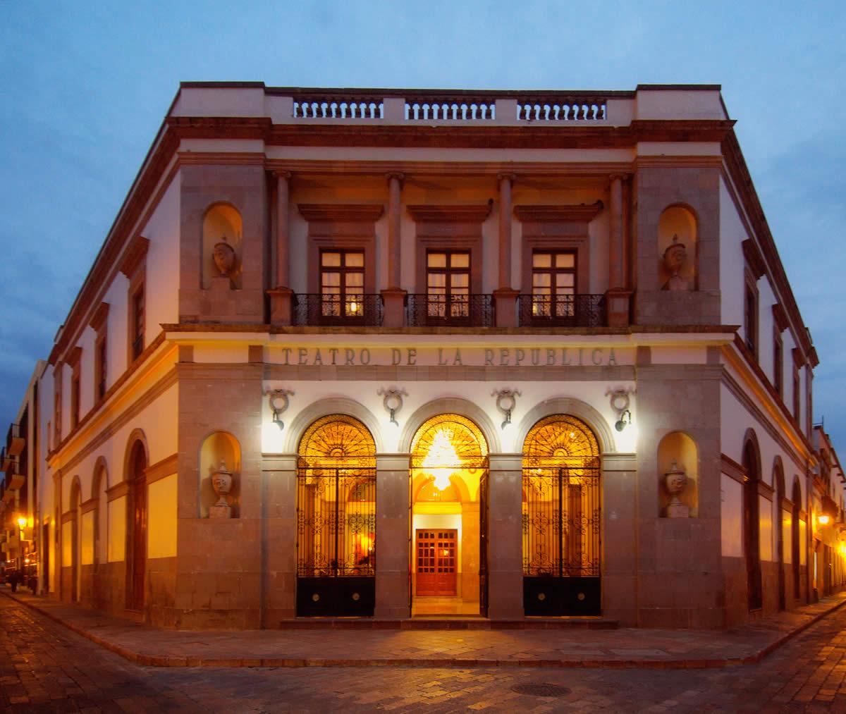 Plaza de armas de quer taro for Casa del diseno queretaro